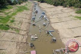 Kapal dan tongkang terperangkap akibat Sungai Barito surut