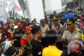 Ratusan Buruh Demo Depan Kantor DPRD Kalteng