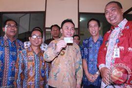 Gubernur Kalteng Perlihatkan E-KTP