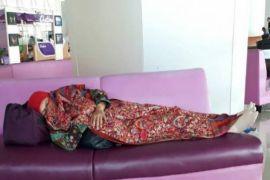 Setelah Menteri Susi Sekarang Viral Foto Mensos Khofifah Tidur di Bandara Juanda