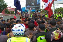 Puluhan Mahasiswa Nyaris Bentrok Dengan Polisi, Ini Sebabnya!