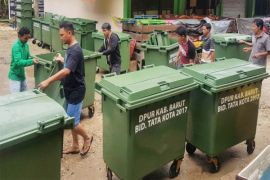 Pemkab Barito Utara Distribusikan Puluhan Bak Sampah