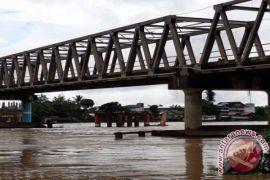 Tongkang Kembali Dilarang Melintasi Jembatan Muara Teweh