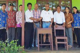 Peduli Pendidikan, PT Sukajadi Sawit Mekar Bantu Mebel SMPN 7 Kota Besi
