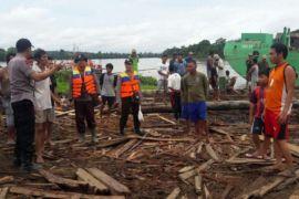 Waduh! Kelotok Tabrak Tongkang di Sungai Barito