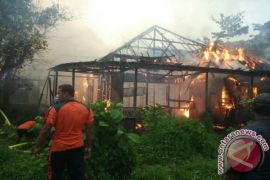 Rumah Terbakar Saat Hujan Deras di Sampit