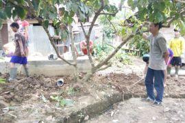 Desa Pinang Tunggal BartimTerima Proyek Pembuatan Septic Tank