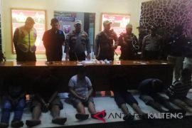 Polisi angkut puluhan warga pada penggerebekan sabu di Sampit