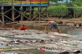 Ditpolair Kalteng temukan ratusan batang kayu logging `tak bertuan`