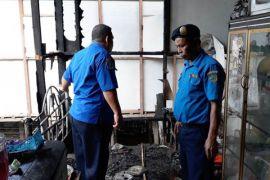 Ditinggal pergi ke warung, rumah nyaris terbakar habis di Desa Gohong