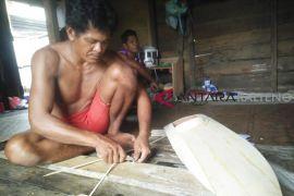Tak bisa Melaut, Nelayan Seruyan kembangkan usaha pembuatan miniatur kapal