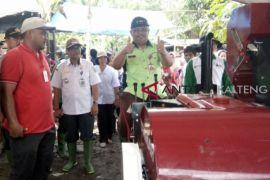 Kementan bantu petani Bartim mesin perontok padi