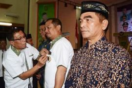 Bupati dan Ketua DPRD Barsel dapat pin emas dari PWI Kalteng