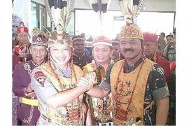 Panglima TNI dan Kapolri disematkan  gelar kehormatan adat Dayak