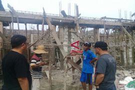 Pembangunan pertokoan di Sampit ini dihentikan karena masuk jalur hijau