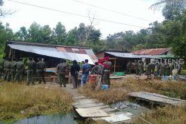 Begini reaksi pemilik warung remang-remang di Sampit melihat pembongkaran