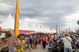Walau berdesakan, pasar wadai Ramadhan Muara Teweh tetap ramai dikunjungi