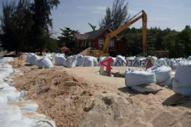 Tanggul darurat baru tangani 10 persen abrasi Pantai Ujung Pandaran