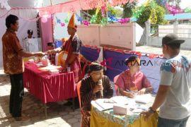 Tarik minat pemilih, petugas TPS di Kapuas gunakan pakaian adat