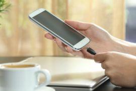 Sering mengecas ponsel sembarangan? Awas bahaya mengintai