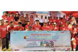 Telkomsel berangkatkan 50 pemudik gratis Kumai-Surabaya