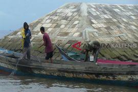 Nelayan Kotim tetap melaut meski gelombang tinggi