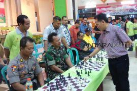 Ketua Percasi Kalteng lawan 15 pecatur dalam catur simultan