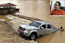 Mobil dinas Disdukcapil Gumas tercebur sungai
