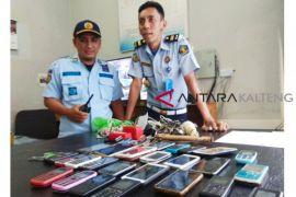 Petugas temukan 23 ponsel di dalam Rutan Palangka Raya