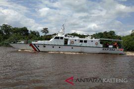 Dihantam gelombang di perairan Indramayu, 13 ABK dievakuasi ke Sampit
