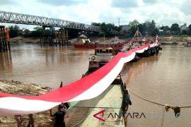 Bendera Merah Putih 300 meter dibentang di Sungai Barito