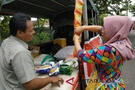 Baru diperkenalkan, beras sachet Bulog laris manis di Sampit