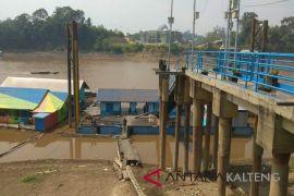 Kapal besar kandas akibat hulu Sungai Barito surut