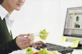 Ternyata makan di meja kantor tidak baik untuk kesehatan