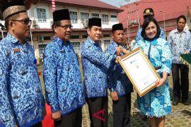 Bupati Bartim terima penghargaan Anugerah Pendidikan Indonesia