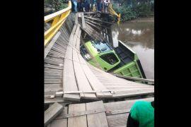 Jembatan Blanti ambruk, satu dump truk tercebur ke sungai