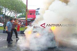 Diduga mobil pelangasir terbakar, Polres police line SPBU di Palangka Raya