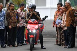 Presiden Jokowi Menjajal Motor Listrik 'Gesits'
