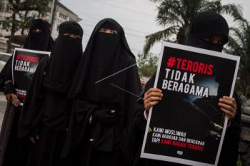 Aksi Wanita Bercadar Menolak Terorisme