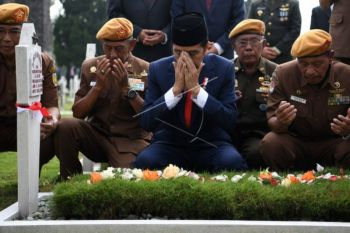 Presiden Jokowi Bersama Veteran Ziarah Hari Pahlawan