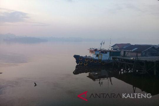 Asap kebakaran lahan selimuti Sampit di pagi hari