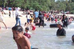 Pantai Pelawan Karimun dipadati pengunjung