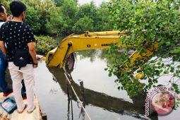 Alat Berat Proyek Normalisasi Banjir Tanjungpinang Tenggelam
