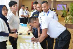 Petugas kapal patroli Bakamla tes urine