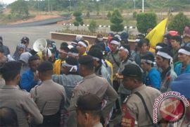 Demo Mahasiswa Bentrok dengan Polisi