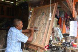 Ajis mengukir foto dari kayu