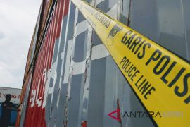 Lima kontainer diduga barang ilegal diamankan polisi