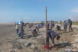 Lanal dan DLH Lingga bersih pantai