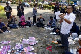 Ketua KPU Tanjungpinang baca puisi kebebasan pers