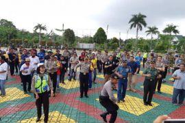 Kapolres Karimun joget maumere bersama pekerja